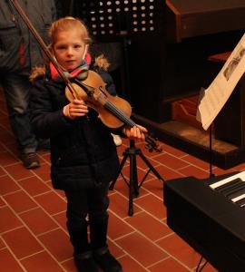 Gemeinsam mit Konzertmeister Robert Balint glänzte die erst achtjährige Anna Glanzer mit einem förmlich unter die Haut gehenden Duett.